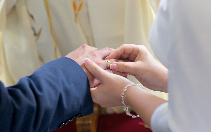 nakładanie obrączek ślubnych